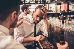 Amis d'affaires dans le bar Photographie stock