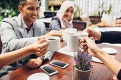 Amis d'affaires encourageant avec du café au café Photos libres de droits