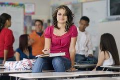 Amis d'In Classroom With d'étudiante Photographie stock libre de droits