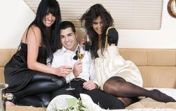 Amis d'Elegants à une réception d'an neuf Images libres de droits