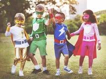 Amis d'enfants de super héros jouant le concept d'amusement d'unité Image stock
