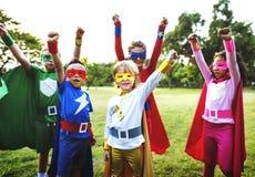 Amis d'enfants de super héros jouant le concept d'unité Photographie stock libre de droits