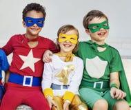 Amis d'enfants de super héros jouant le concept d'unité Image libre de droits