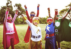 Amis d'enfants de super héros jouant le concept d'unité Image stock