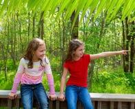 Amis d'enfants jouant indiquant le doigt le parc de jungle Photographie stock libre de droits