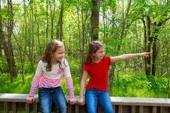Amis d'enfants jouant indiquant le doigt le parc de jungle Photo libre de droits