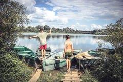 Amis d'enfants jouant la rivière d'été de campagne pendant des vacances d'été de campagne Photos stock