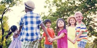 Amis d'enfants jouant le concept actif espiègle Image stock