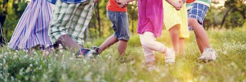 Amis d'enfants jouant le concept actif espiègle Photographie stock
