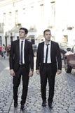Amis d'hommes d'affaires sur la route Photo stock