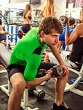 Amis d'hommes de forme physique dans des poids de séance d'entraînement de gymnase avec l'équipement Photographie stock libre de droits