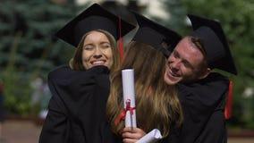 Amis d'université étreignant chaudement, félicitations sur l'obtention du diplôme réussie banque de vidéos
