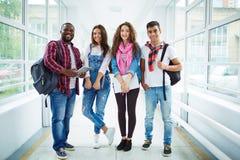 Amis d'université dans le couloir Image libre de droits