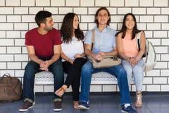 Amis d'université dans un couloir Photos libres de droits
