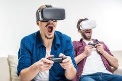 Amis dans des casques de réalité virtuelle Photographie stock