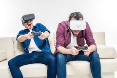 Amis dans des casques de réalité virtuelle Image stock