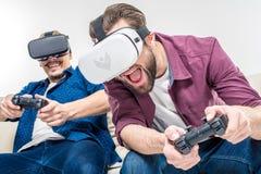 Amis dans des casques de réalité virtuelle Photographie stock libre de droits