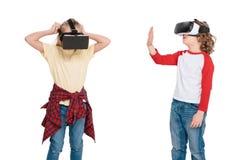 Amis dans des casques de réalité virtuelle Photos stock