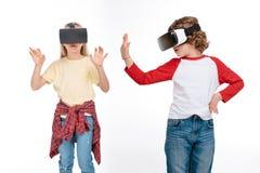 Amis dans des casques de réalité virtuelle Photos libres de droits