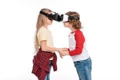 Amis dans des casques de réalité virtuelle Images libres de droits