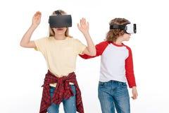Amis dans des casques de réalité virtuelle Photo libre de droits