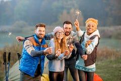 Amis dans des chandails célébrant au camping Photos libres de droits