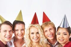 Amis dans des chapeaux d'anniversaire Photo stock