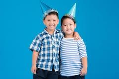 Amis dans des chapeaux de partie Photo stock