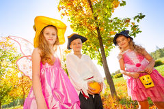 Amis dans des costumes chez Halloween pendant le jour Image stock