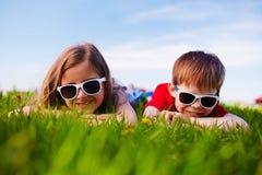 Amis dans des lunettes de soleil Image libre de droits