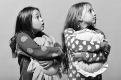 Amis dans des pyjamas roses d'isolement sur le fond rose Photographie stock libre de droits