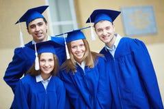 Amis dans des robes d'obtention du diplôme Images libres de droits