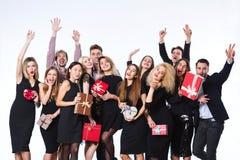 Amis dans des vêtements élégants avec des boîte-cadeau dans des mains ayant l'amusement Images libres de droits