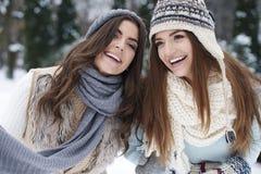 Amis dans des vêtements d'hiver Image libre de droits