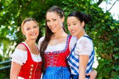 Amis dans des vêtements traditionnels en Bavière Photographie stock