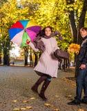 Amis dans l'amour ayant l'amusement dans le parc d'automne Images libres de droits