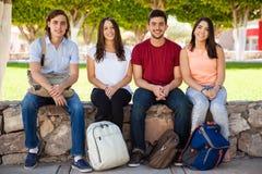 Amis dans l'université traînant Photographie stock libre de droits