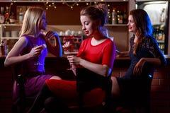 Amis dans la barre de cocktail Image stock