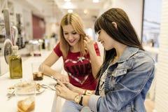 Amis dans la barre, deux filles buvant dans le restaurant Images stock
