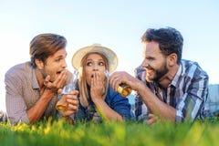 Amis dans la boisson potable de parc Photo libre de droits