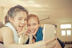 Amis dans la forme physique prenant la photo de selfie sur le mobile Images stock
