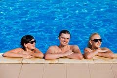 Amis dans la piscine Photos stock