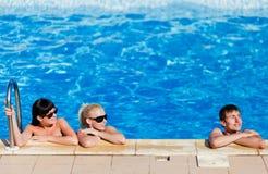Amis dans la piscine Photo stock