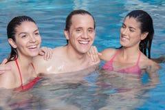 Amis dans la piscine Image libre de droits