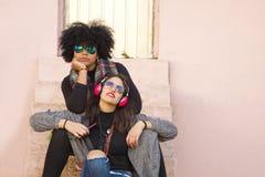 Amis dans la rue Photo libre de droits
