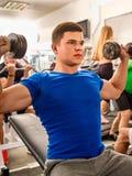 Amis dans la séance d'entraînement de gymnase avec l'équipement de forme physique Hommes de formation Image stock