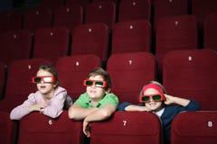 Amis dans la salle de cinéma Image stock