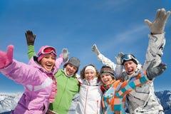 Amis dans la station de vacances de l'hiver Images libres de droits