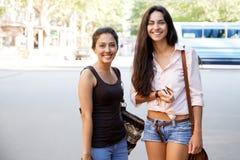 Amis dans la ville Photos libres de droits