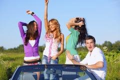 Amis dans la voiture Photos libres de droits